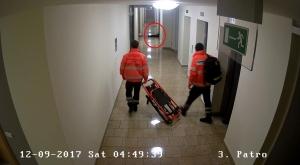Záchranáři jdou k opilému hostu